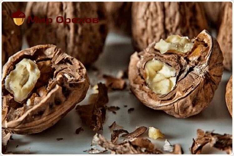 колотый грецкий орех